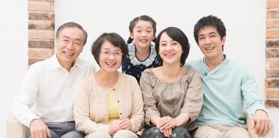 子どもから高齢者まで三世代の写真
