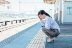 通勤中の阪急電車で過呼吸となった適応障害の女性